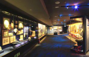 Островные и пристенные витрины в Военно-Морском музее Гонконга