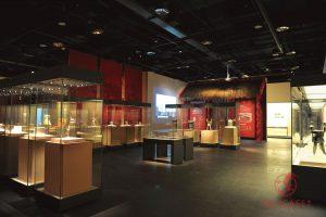 Витрины островные в музее археологической культуры Цзиньша (Ченду, КНР)
