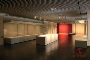 Пристенные витрины в музее города Нанкин
