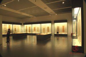 Пристенные витрины и витрины-столы в Национальном Музее Китая (Пекин)