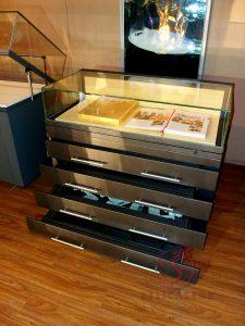 Архивная витрина-стол с застекленными выдвижными ящиками
