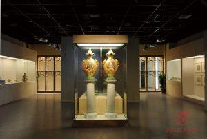 Витрина островная и пристенные музейные витрины с нишами для хранения экспонатов