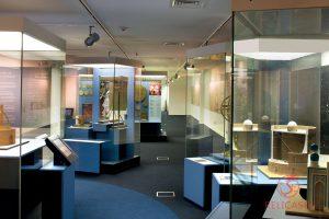 Витрины островные нестандартных форм в Музее Исламского Искусства в Шардже (ОАЭ)