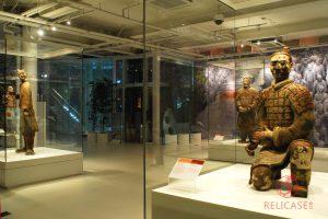 Витрины островные в музейном комплексе Терракотовой Армии в Сиане