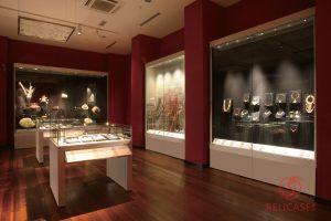Пристенные витрины в Национальном Музее тканей (Малайзия)